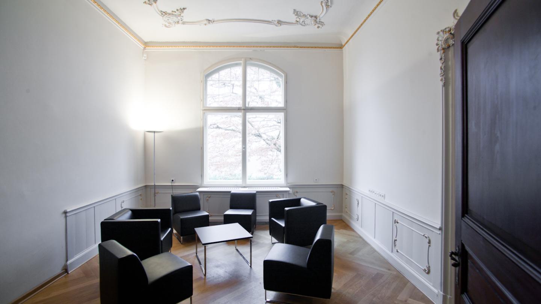 Sitzecke für etwas kleinere Runden im Rokokozimmer © JenaKultur, Foto: Jens Hauspurg