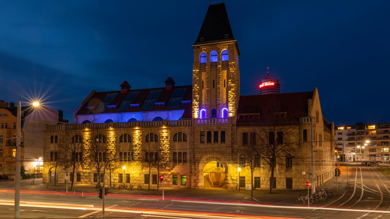 Beleuchtete Volksbad Außenansicht bei Nacht