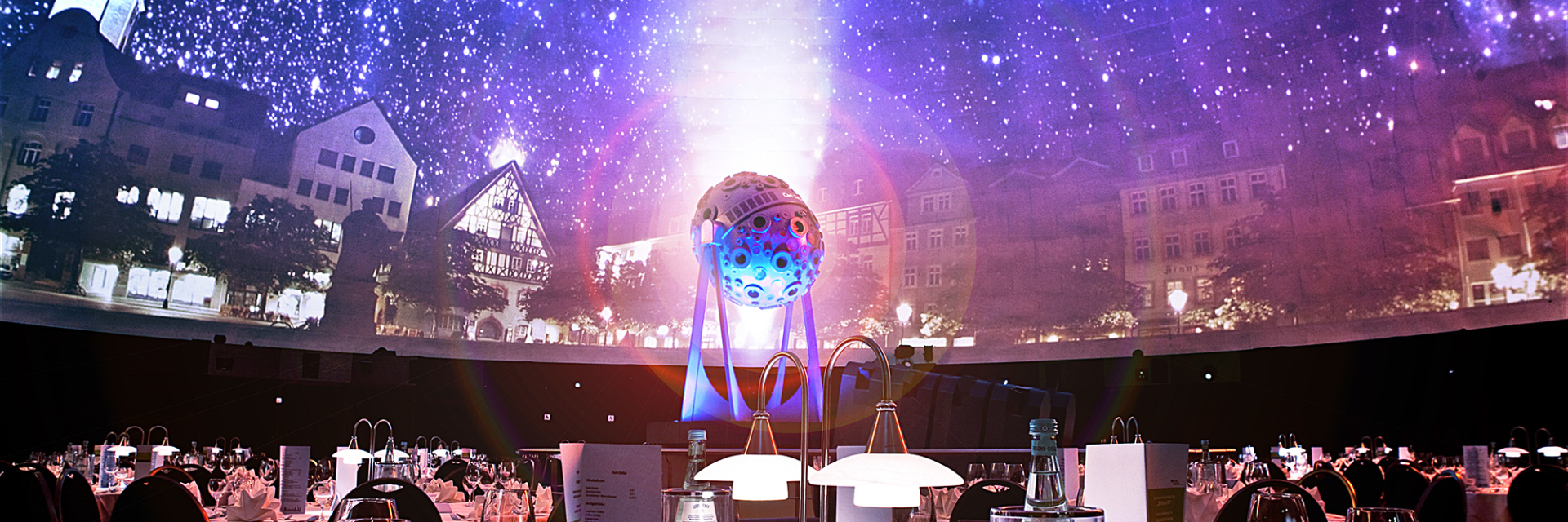 Festliches Dinner unter der sternenerleuchteten Kuppel mit Carl Zeiss Projektor im Hintergrund © Zeiss-Planetarium, Foto: W. Don Eck.