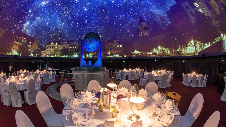 Runde Bankettbestuhlung unter dem Sternenhimmel des Planetariums Jena © Zeiss-Planetarium, Foto: W. Don Eck.