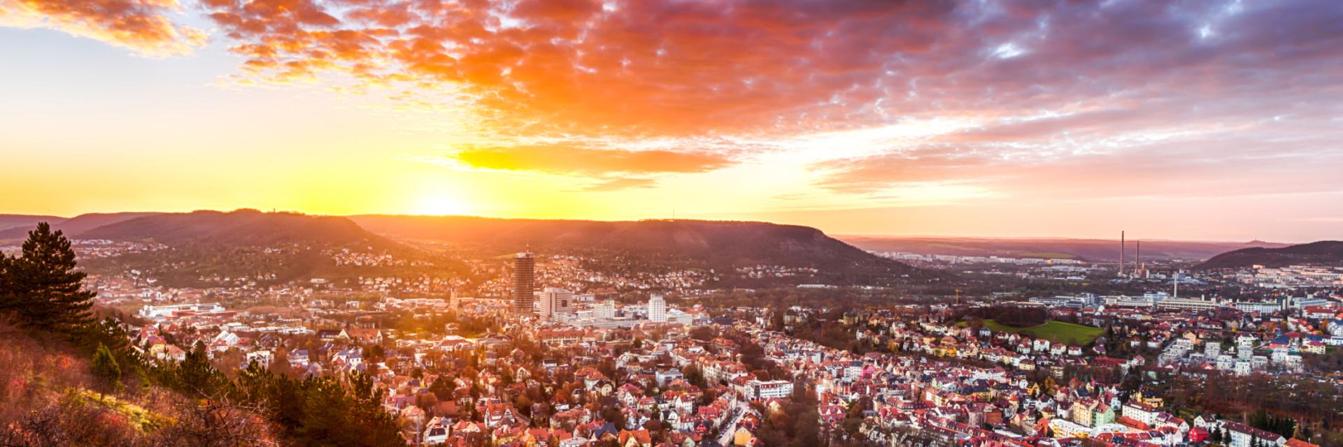 Stadtansicht vom Berg während des Sonnenuntergangs