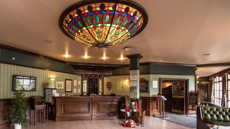 Jembo Prak: Historische Lobby mit Empfangstresen und imposanter Deckenleuchte im Tiffany-Stil © Jembo Park, Foto: Unifok e.V.