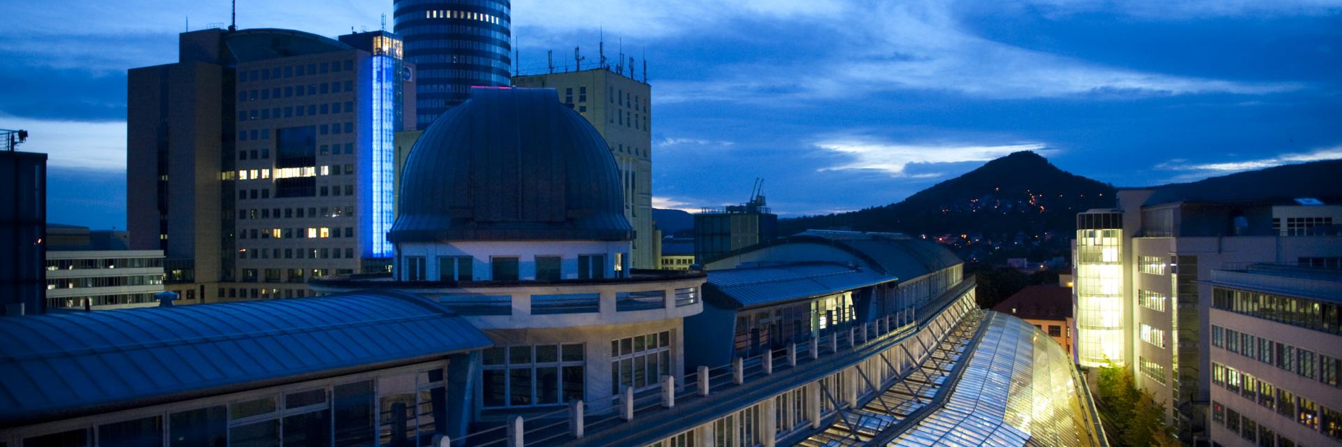Glasdach der Goethe Galerie bei Nacht und JenTower als Tagungshotel im Hintergrund © JenaKultur, Foto: Andreas Hub
