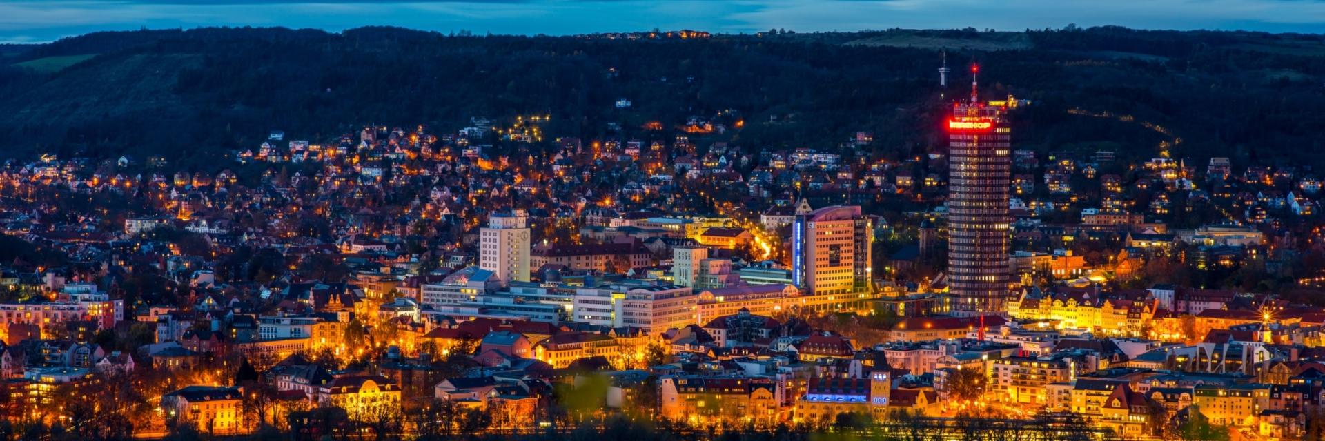 Einblick-Ausblick-Lichtblick: Blaue Stunde über der Innenstadt Jenas © JenaKultur, Foto: Christian Häcker