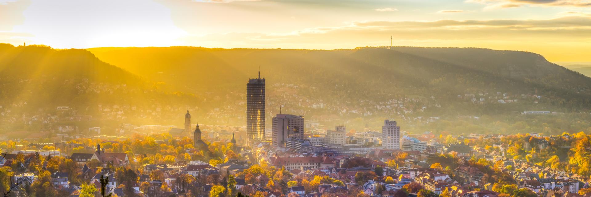 Sonnenstrahlen über der Stadt Jena am Morgen © JenaKultur, Foto: André Gräf
