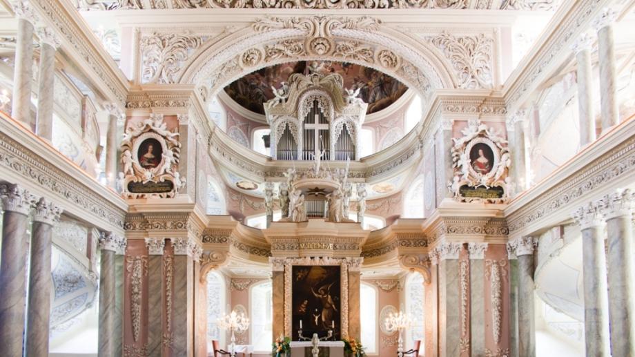 Marmorverkleideter Innenraum mit hohen Rängen und Orgel in der Schlosskirche Eisenberg © TTV, Foto: Jens Hauspurg