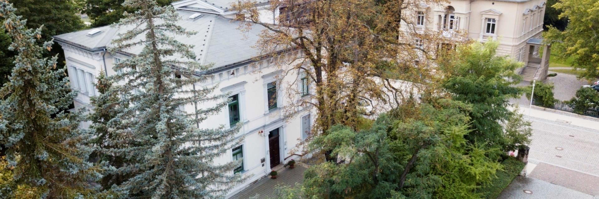 Luftansicht vom Kunsthaus Apolda von Bäumen umgeben © Landratsamt Weimarer Land, Foto: Michael Kremer
