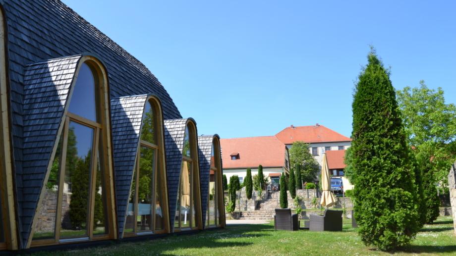 Weltdorfgemeinschaftshaus Maloca im Garten mit Sitzecken und Blick zum Schloss Auerstedt © Landratsamt Weimarer Land, Foto: Katy Kasten-Wutzler