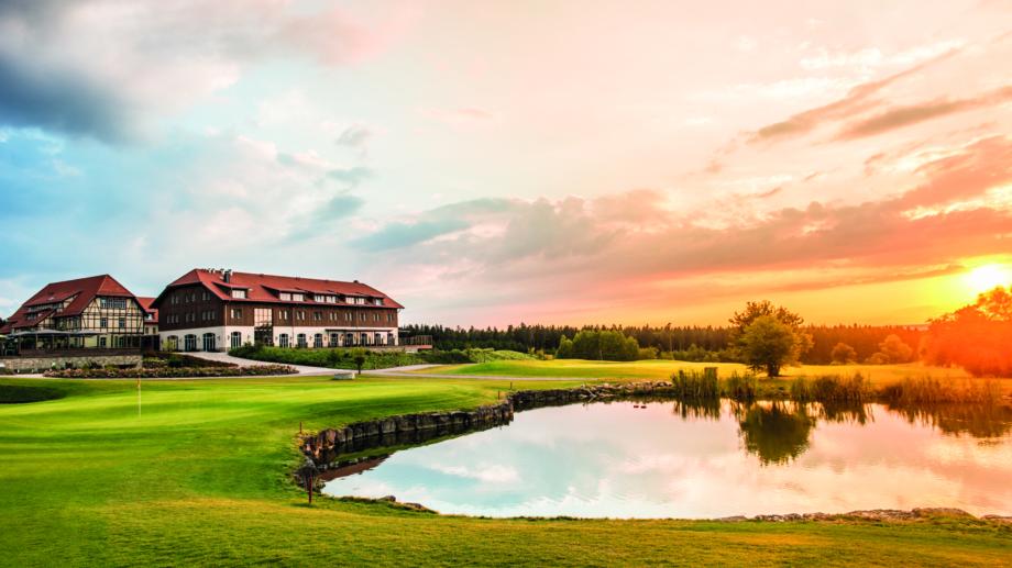 Spa und Golf Resort mit Grünfläche und Teich im Vordergrund © Landratsamt Weimarer Land, Foto: Stefan von Stengel Ausflüge in Weimarer Land