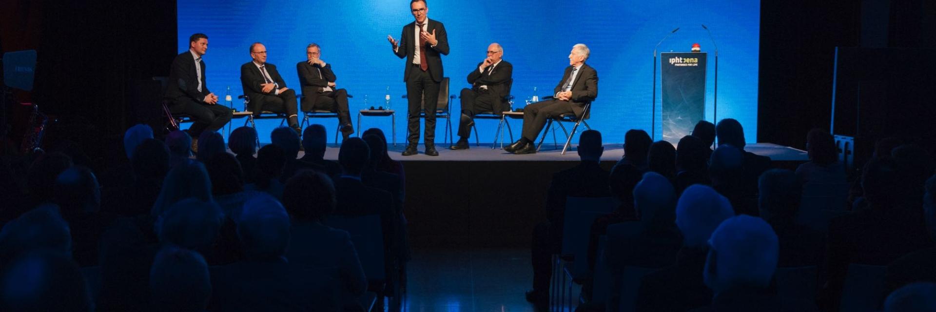 Podium der Festveranstaltung für 25 Jahre Leibniz-Institut für Photonische Hochtechnologien - Jürgen Popp präsentiert © Leibniz-Institut für Photonische Hochtechnologien, Foto: Sven Döring / Agentur Focus