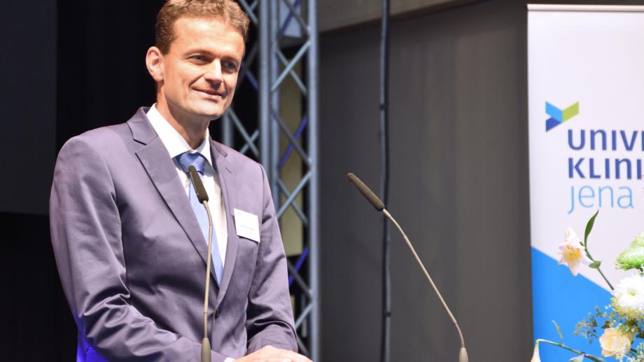 Vorstand PD Dr. Jens Maschmann bei der Übergabe des Klinikum-Neubaus