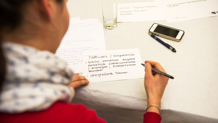 Teilnehmerin notiert ihre Ideen auf einer Karteikarte © JenaKultur, Foto: Christoph Worsch