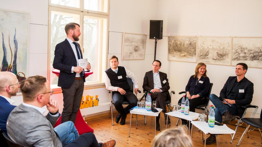 Matthias Schultze vom German Convention Bureau moderiert eine Podiumsdiskussion der Tagungsallianz Jena © JenaKultur, Foto: Christoph Worsch