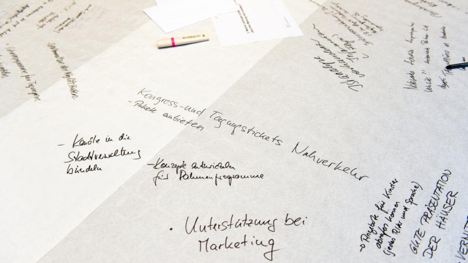 Ideen zur Workshopaufgabe auf Tischpapier notiert
