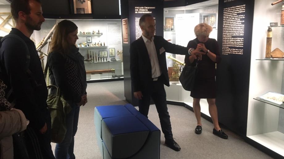 Teilnehmer bei einer Führung durchs Museum
