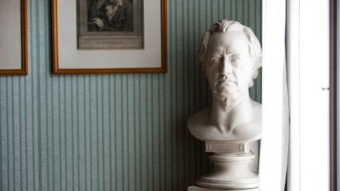 Büste von J. W. von Goethe und einem Holzschnitt von F. Schiller © Stadt Jena, Foto: Jens Hauspurg