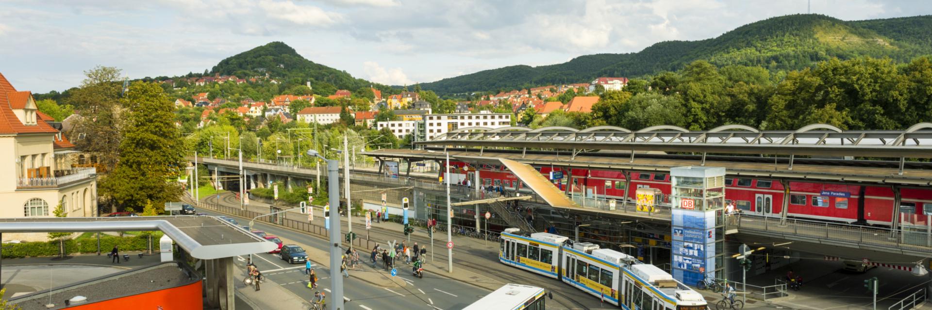 Blick auf Kreuzung vom Paradies- und Busbahnhof mit Fahrzeugen des ÖPNV - Mit dem Veranstaltungsticket fährt es sich einfacher © JenaKultur, Foto: Andreas Hub