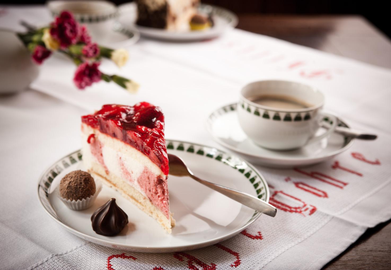 Kaffee und Kuchen mit einem Tischgedeck von Henry van de Velde