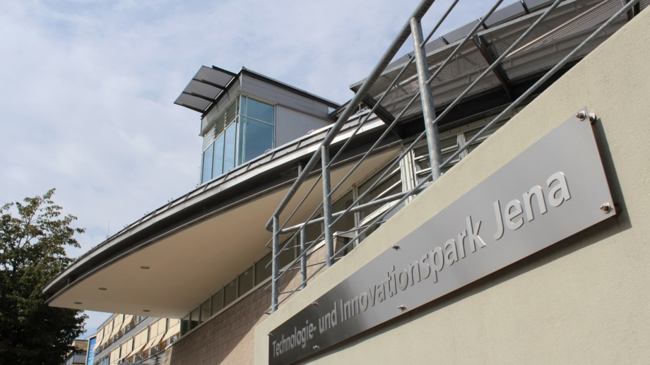 Fassade vom TIP am Beutenberg Campus mit Namensschild