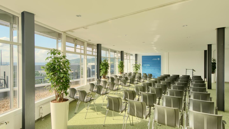Konferenzraum 1 und 2 mit Reihenbestuhlung im TIP am Beutenberg Campus © TIP Jena GmbH, Foto: Tino Sieland