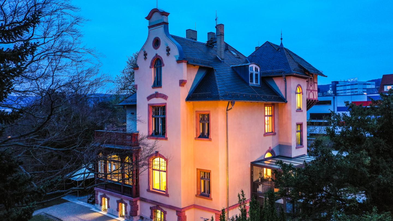 Außenansicht der Villa Rosenthal bei Nacht © JenaKultur, Foto: André Gräf