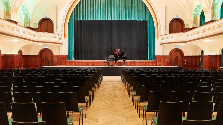Blick zur Bühne im Großen Saal mit Flügel © JenaKultur, Foto: Karoline Krampitz