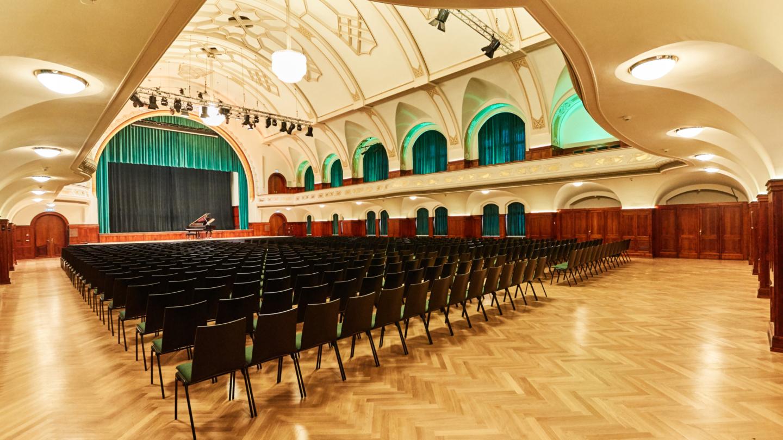 Großer Saal mit Reihenbestuhlung und Flügel auf der Bühne © JenaKultur, Foto: Karoline Krampitz