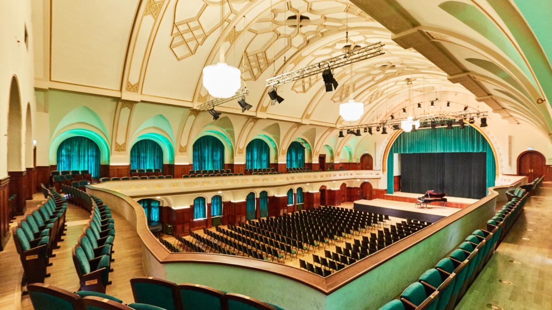 Blick zur Bühne mit Flügel vom Rang des Großen Saals © JenaKultur, Foto: Karoline Krampitz
