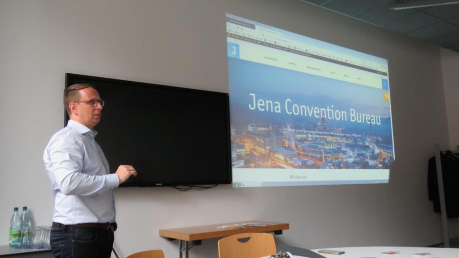 Teamleiter präsentiert die Startseite des neuen MICE-Portals © JenaKultur, Foto: Lysann Büchner