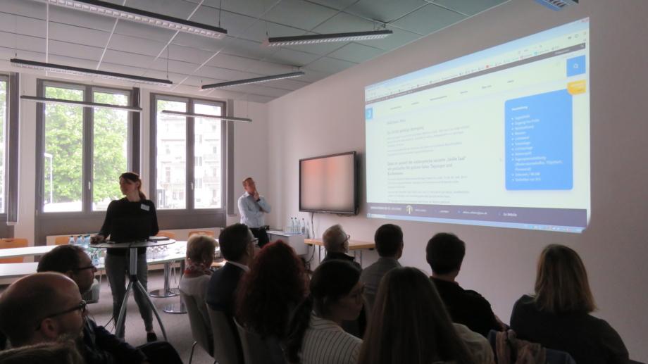 Mitarbeiterin präsentiert der Tagungsallianz die Tagungslocations auf dem neuen MICE-Portal