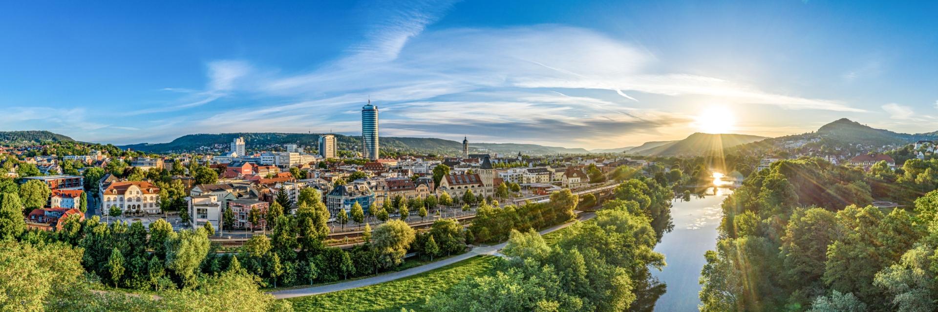 Panorama der Tagungsstadt Jena am Tag bei Sonnenschein © JenaKultur, Foto: André Gräf