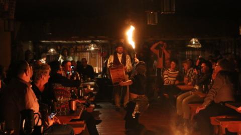 Gaukler unterhalten die Gäste bei der Herolds Tafeley in der Leuchtenburg