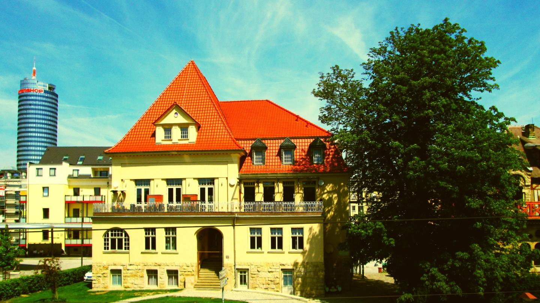 Sommerliche Ansicht der Villa am Paradies vom Bahnhof Jena-Paradies, © Arena Betriebsgesellschaft, Foto: Denny Gürth Zentral zwischen Busbahnhof und Bahnhof Jena-Paradies