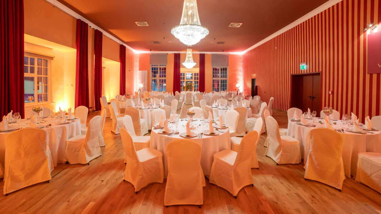 Festlich geschmückter Ballsaal in Bankett-Einrichtung © Arena Betriebsgesellschaft, Foto: Christoph Worsch