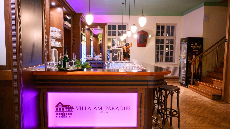 Bar der Villa am Paradies mit dunkelbrauner Holzvertäfelung sowie Treppenaufgang © Arena Betriebsgesellschaft, Foto: Christoph Worsch