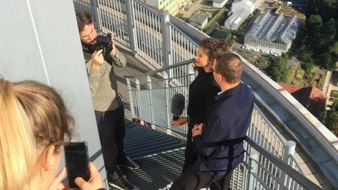 Roadshow Reporterin vom German Convention Bureau interviewt den stellvertretenden Werkleiter von JenaKultur auf dem JenTower © JenaKultur, Foto: Sarah Gehauf