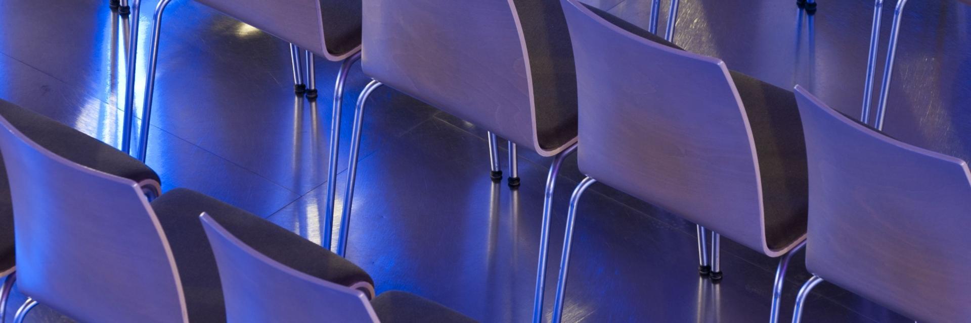 Reihenbestuhlung - Leere Plätze machen auf die dramatische Situation aufmerksam. Der Slogan dazu: Anderthalb Meter bis zum Abgrund! © JenaKultur, Foto: Andreas Hub
