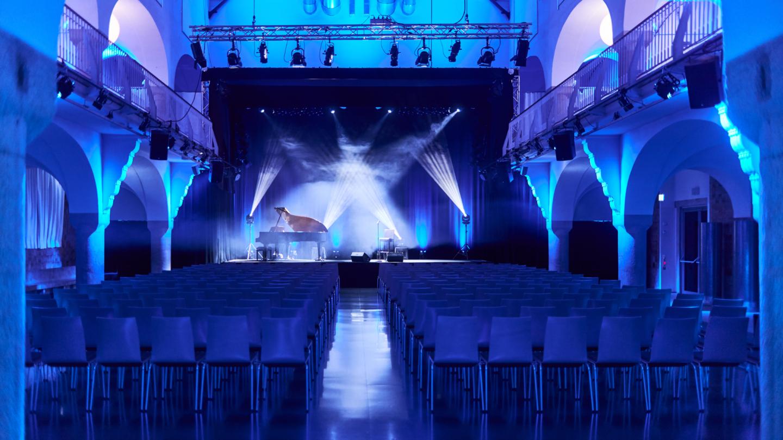 Blau ausgeleuchtete Badehalle kurz vor Beginn eines Konzerts