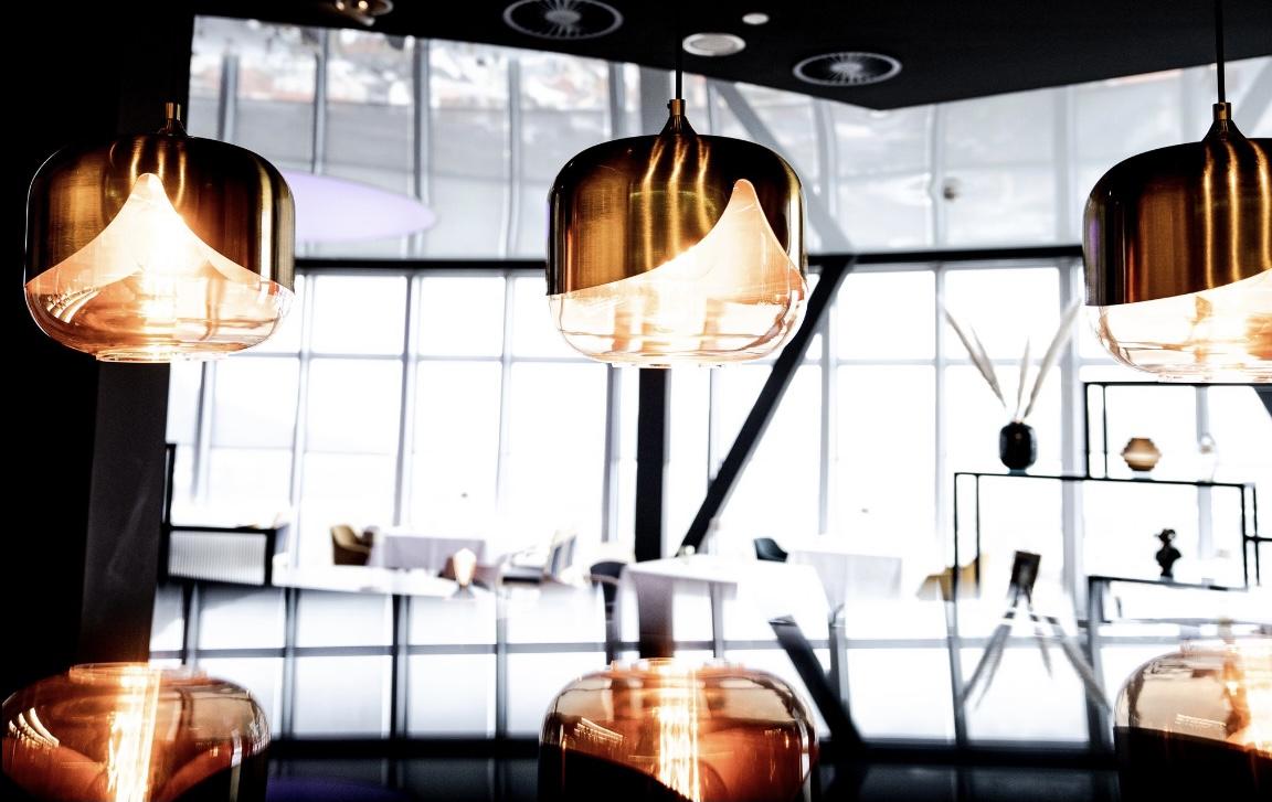Interieur im SCALA Restaurant mit Fokus auf messingfarbene Hängelampen