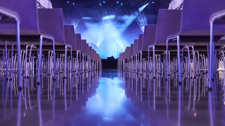 Volksbad Jena, Blick zur Bühne mit Spiegelungen und in blauem Licht